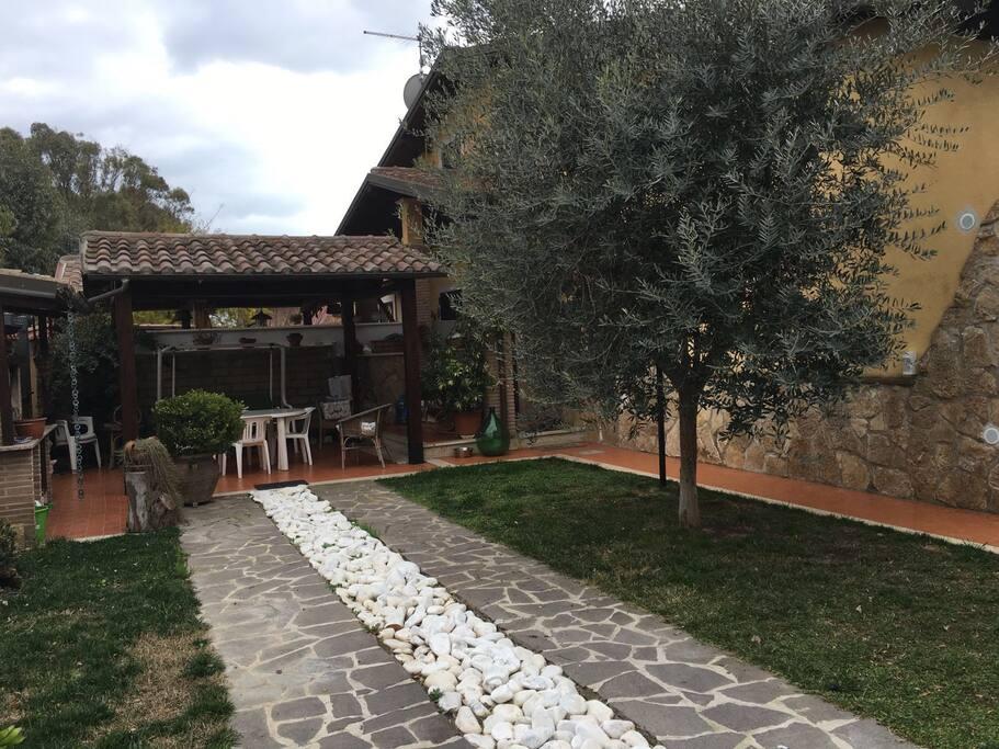Giardino con bbq e patio.
