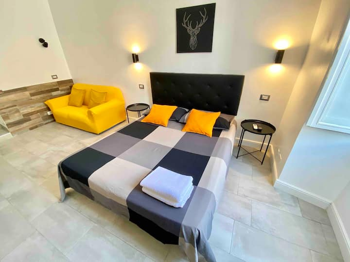 Double room private bathroom in front Termini st.