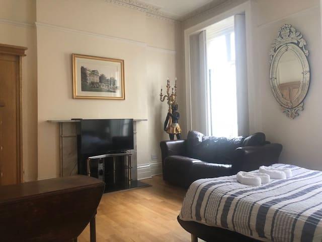 Central London Private Master Room in Victoria