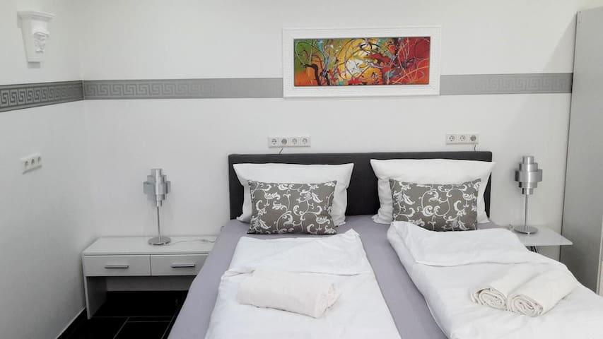 Das geräumige Deluxe-Schlafzimmer