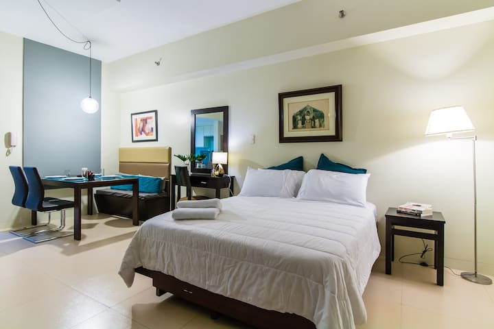 Stylish, Spacious Studio in BGC, Perfect Location - Taguig City - Condominium