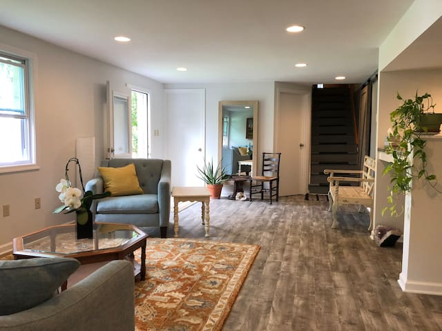 Newly Redone, Private Apt. Close to Everything