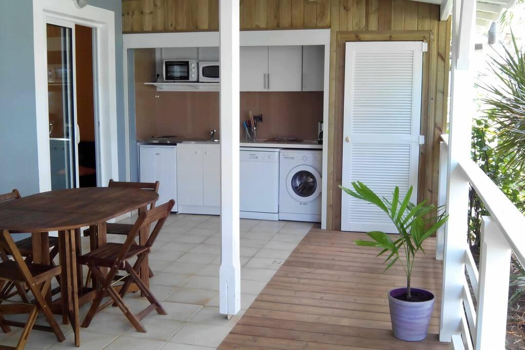 La cuisine ouverte sur la terrasse (fermeture par volet roulant)