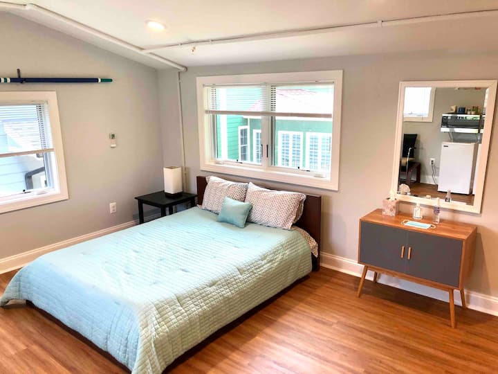 Charming and Private Studio Close to Downtown