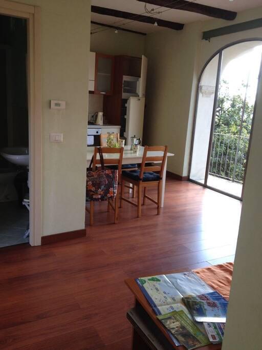 Wohnzimmer mit Kuchenzeile und Essbereich