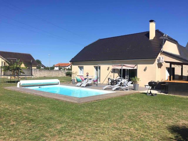 Maison familiale vue sur Pyrénées avec piscine