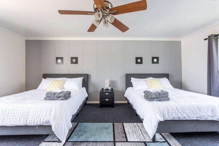 NEW! 2 Queen Private Room near Chapman Disney