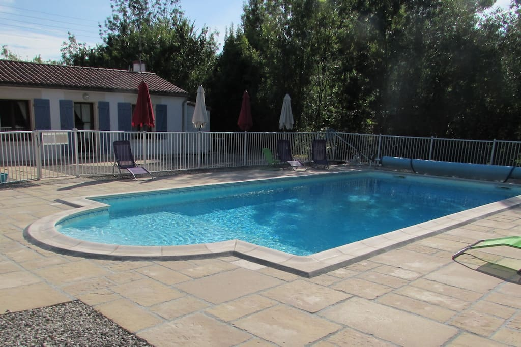 Gite devant la piscine