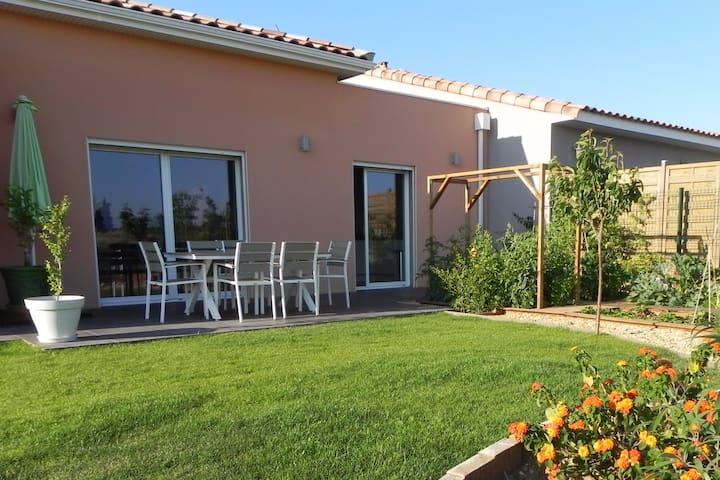 Maison familiale ouverte sur la campagne - Lespignan - Huis