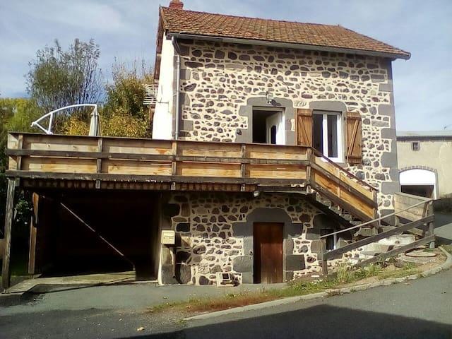 maison en pierre à côté de Vulcania
