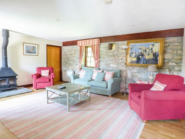 FLOWER HOUSE, family friendly, with pool in Marazion, Ref 958848