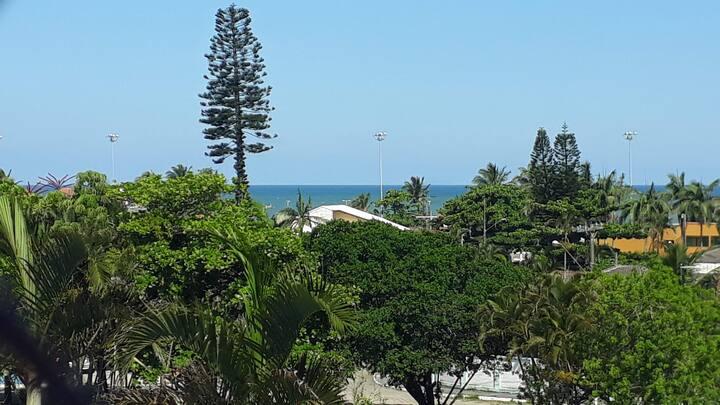 Apto c/ vista p/ o mar a 200 m da praia no Centro