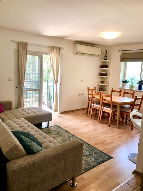 Lovely 2 bdrm apartment in heart of Greek colony