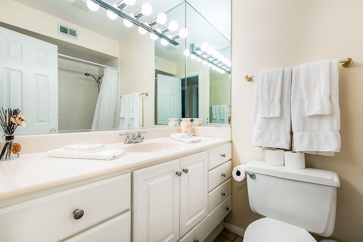 Guest bah features tub/shower combo