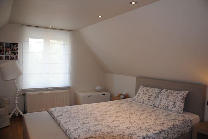 Master bedroom met boxspring