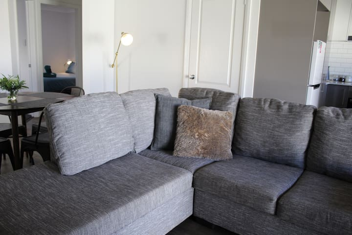 The Luxe - New Apartment close to Orana Mall