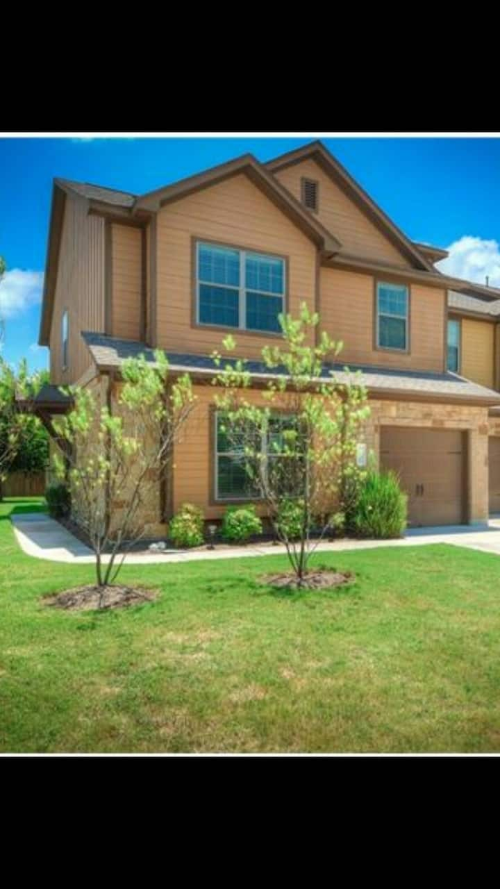Beautiful newer townhouse with bright airy room