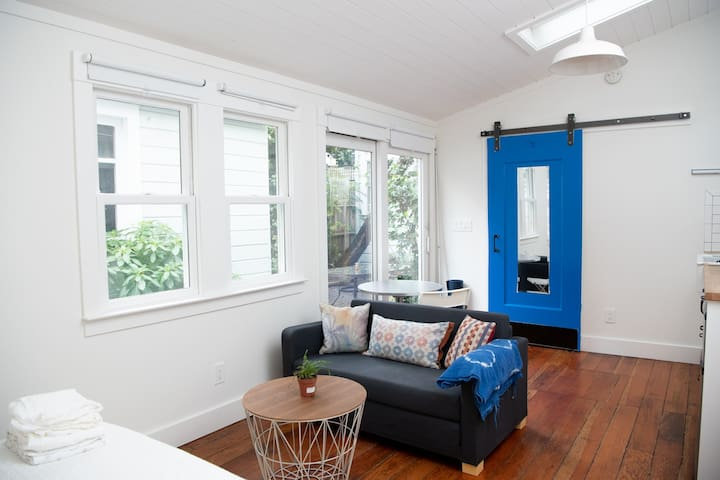 Mission District, Bright and Modern Studio