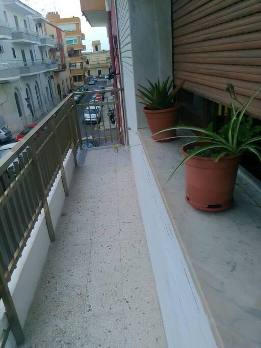 il balcone che da in strada via Lazzari ..traversa corso Roma