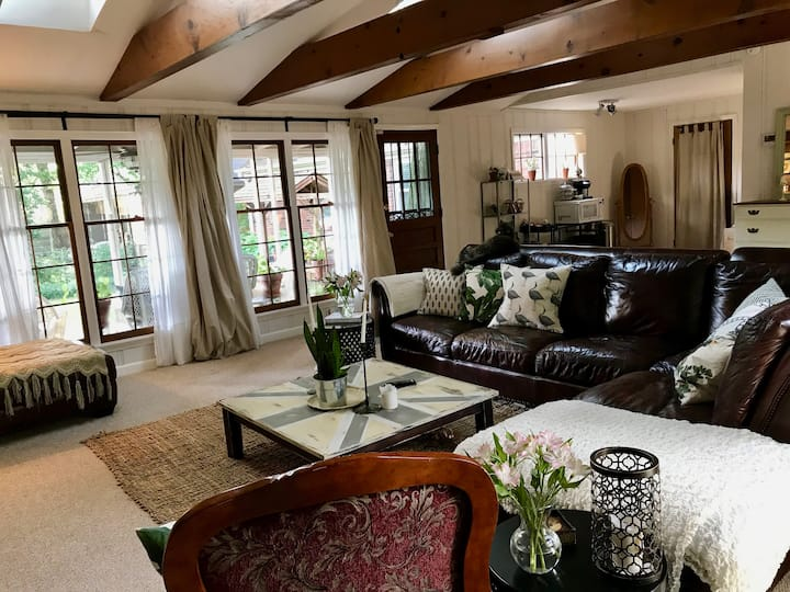 Cozy English Cottage in East Memphis