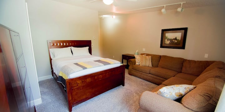 Queen private bedroom/full bath. Lodge amenities.