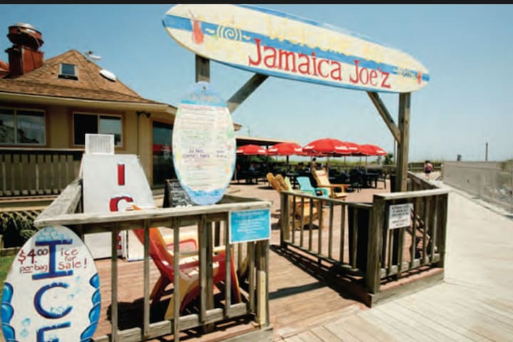 Jamiaca Joe'z, poolside provides food and drinks