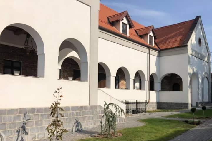 Molnos Kuria-Corund, Transylvania. Room 5-Kalonda