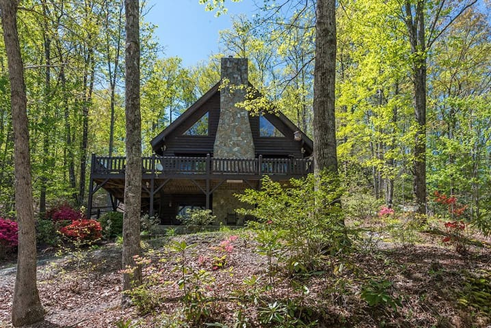Cozy, pet friendly cabin on the lake - 2 Bedroom, 3 Bathroom