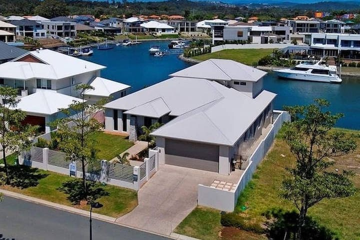 Waterfront Holiday Home Near Theme Parks - Helensvale - 別荘