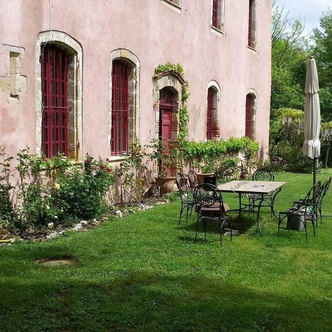 Un jardin arboré avec de belles essences d'arbres...