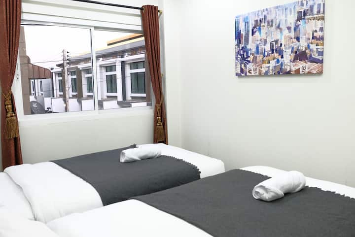 Me hug guesthouse (private room with twin bed)