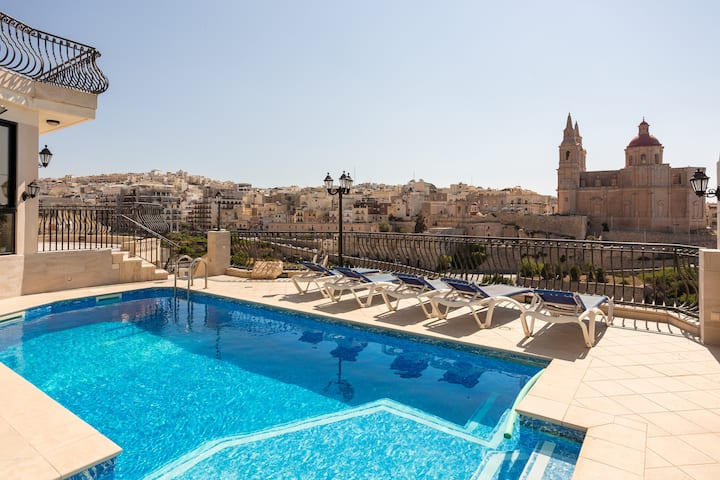 2-bed Flat with Beathtaking Sea Views & Pool!