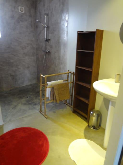 Salle d'eau attenante avec grande douche à l'italienne