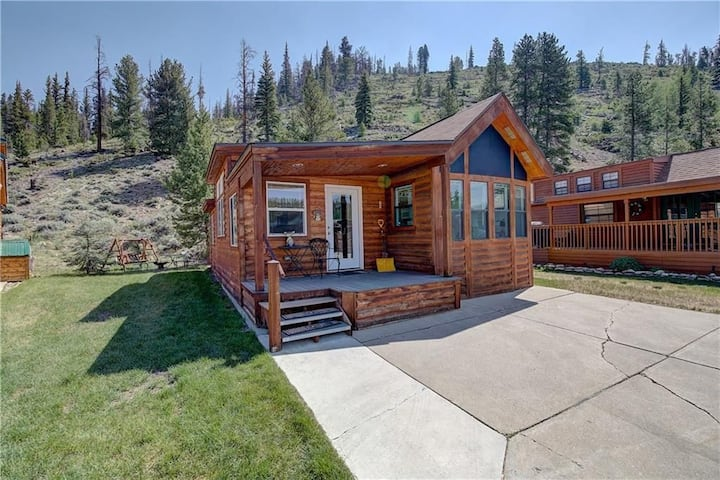 Hillside Delight-Backs to National Forest-Heated Pool and Hot Tubs