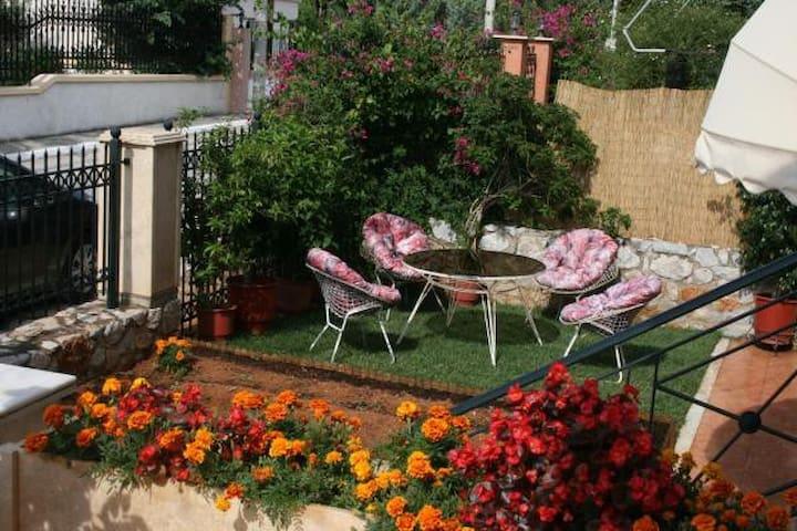 Studio - garden apartment near the beach