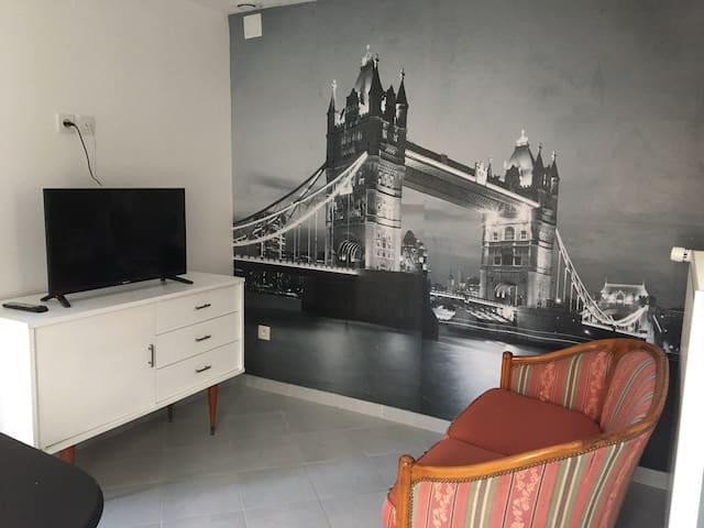 Salon confortable avec télévision et canapé
