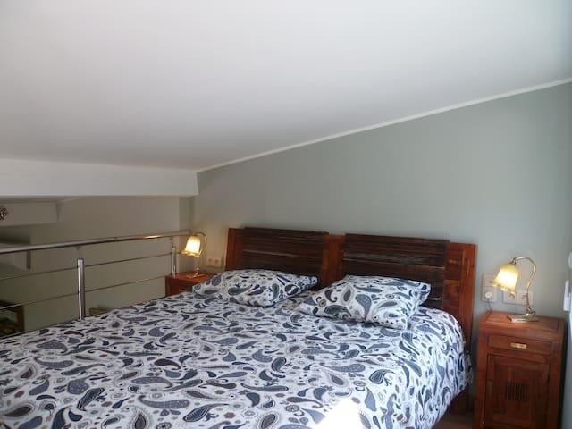 le lit de 160 x 200 cm sur la mezzanine