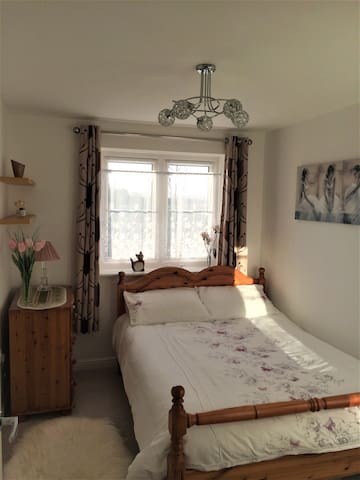 Cosy & quiet double bedroom,own bathroom & parking