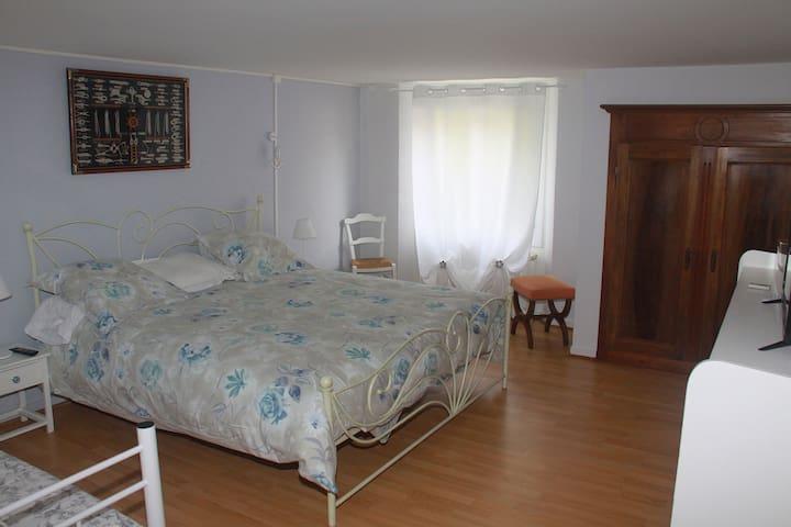 Très grande chambre, grand confort avec lit en 180 cms et lit en 90 cms. Pour famille ou couple.