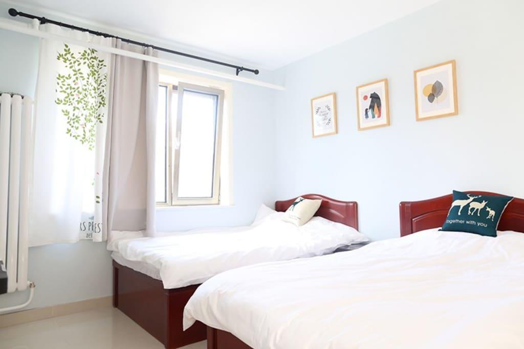 卧室2 单人床两张1.2米宽 有空调