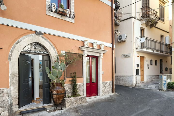 Pleasing house in the center of the famous Taormina and just 4 km from the sea!