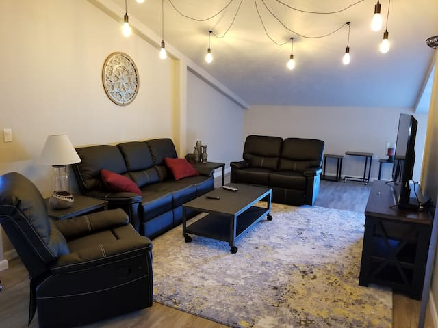 New! Loft Guesthouse,  1 bdrm, 2 Queen Beds.