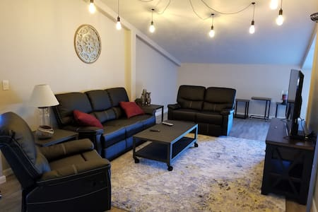 *SPACIOUS Loft Guesthouse,  1 bdrm, 2 Queen Beds.