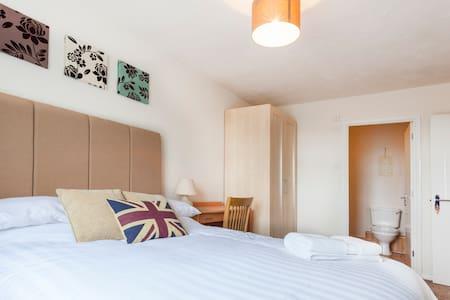 Large En-suite Double, Parking, WiFi & HD TV - Reading - Apartment