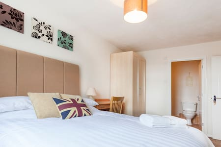 Large En-suite Double, Parking, WiFi & HD TV - Reading