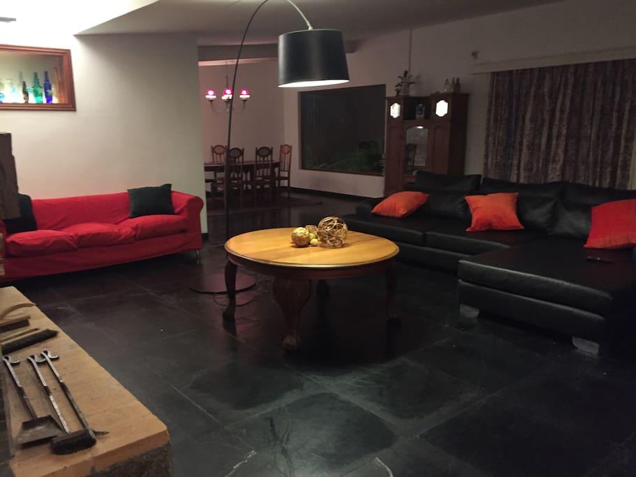 Sala con confortables sofás. / Living room with cozy sofas