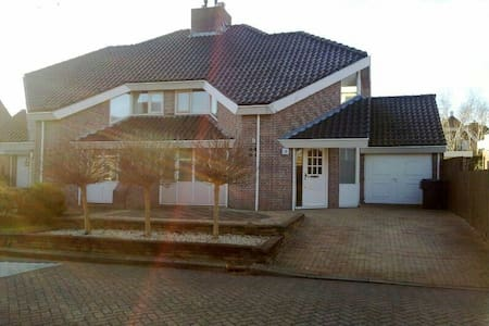 Nice house with free parking - Heerhugowaard