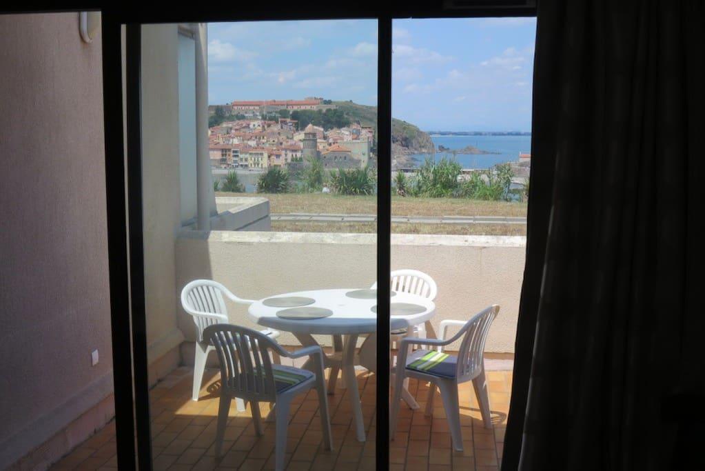La même vue de l'intérieur. Photo prise vers midi au printemps. Même l'été, la terrasse propose toujours un coin ensoleillé et un autre à l'ombre.