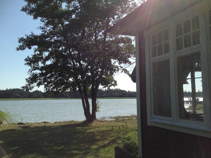 Hus vid Bråviken utsikt mot Kolmårdens Djurpark