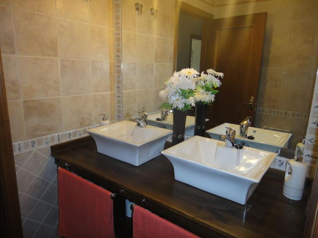 Entrada al baño principal con estancias separadas baño - lavamanos